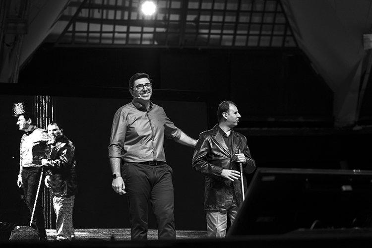 Descrição da imagem: André Mansano leva Teco Barbero para o palco do maior congresso de fotografia de casamento da América Latina.